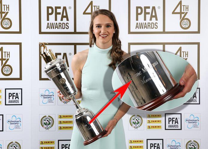 Vivianne Miedema poseert met haar trofee. Inzet: In plaats van Vivianne staat er Vivienne.