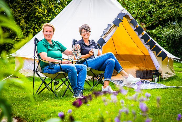 Diana de Geus en Sandra Trompetter van Hoeksche Waard Events verhuren onder meer ingerichte tenten, zodat mensen kunnen kamperen in de achtertuin.