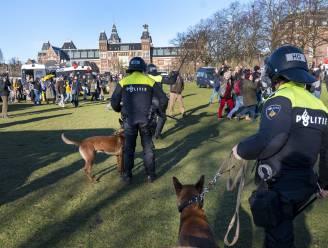 Oproerpolitie ontruimt Museumplein Amsterdam: 17 aanhoudingen