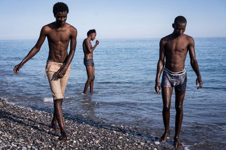 Vluchtelingen uit Sudan hangen rond op het strand van Ventimiglia, voordat ze zich over de Franse grens wagen.  Beeld Nicola Zolin