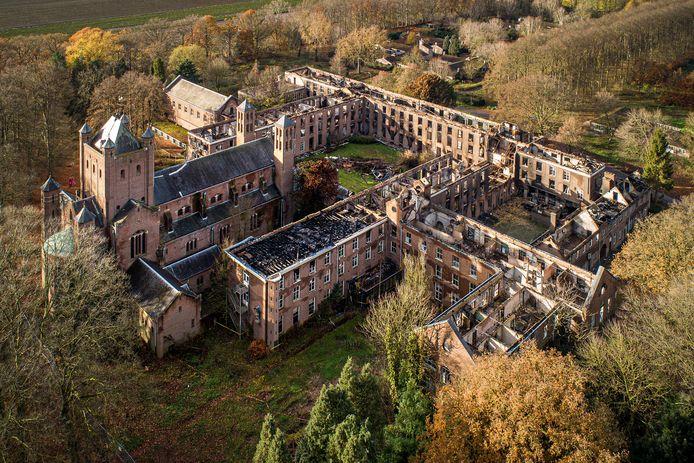 Een groot deel van het historische deel van het voormalige seminarie Haarendael is in de as gelegd bij een grote brand eind augustis 2019.
