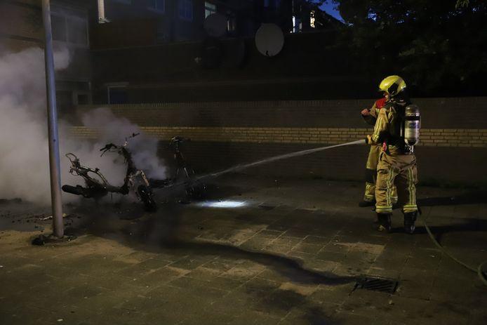 In de Noordpolderstraat in Den Haag zijn zaterdagavond twee scooters volledig afgebrand.