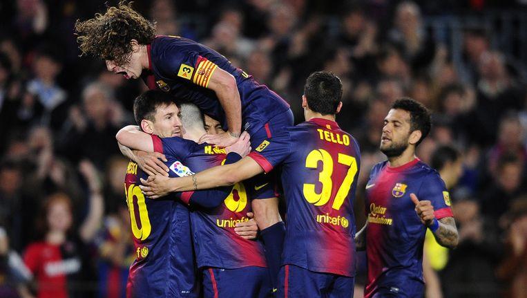De spelers van Barça bespringen doelpuntenmaker Messi (l). Beeld ap