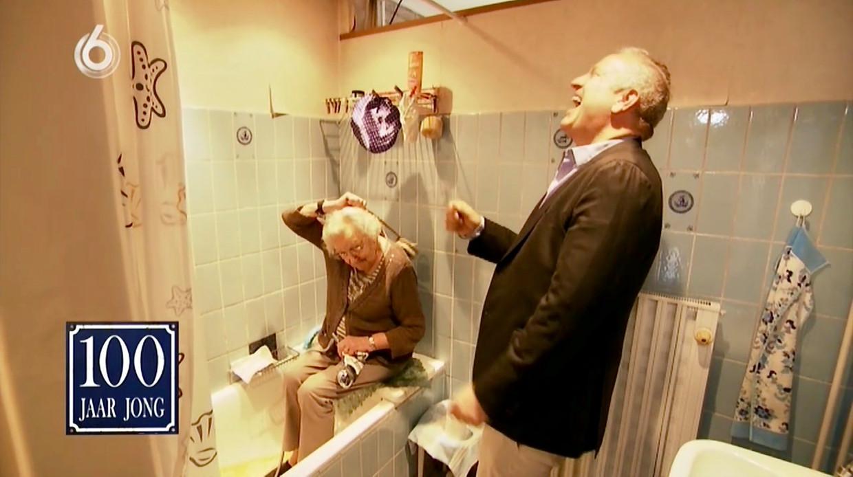 Lenie van der Star (101) laat Gordon zien hoe ze in bad gaat.  Beeld Renate van der Bas