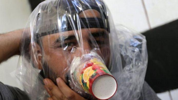 Mensen in Idlib testen geïmproviseerde gasmaskers.