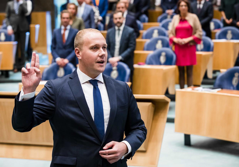 Thierry Aartsen (VVD) bestelt hier geen twee glaasjes chablis maar legt de eed af als nieuw Kamerlid.  Beeld Bart Maart, ANP