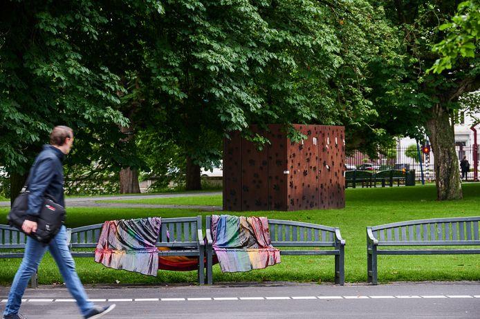 Regenboogbankjes in Park Valkenberg opnieuw besmeurd met zwarte vloeistof.