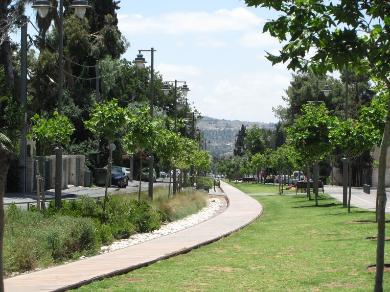 Het Train Track Park, symbool van vreedzame coëxistentie: het rijgt zowel Joodse als Arabische woonwijken aaneen en wordt gebruikt door bewoners uit beide leefgemeenschappen. Beeld RV