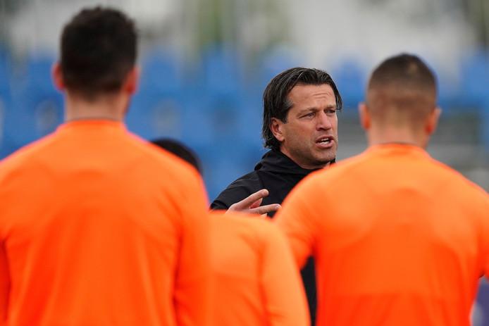 Ernest Faber aan het woord tijdens het trainingskamp van PSV in Qatar.