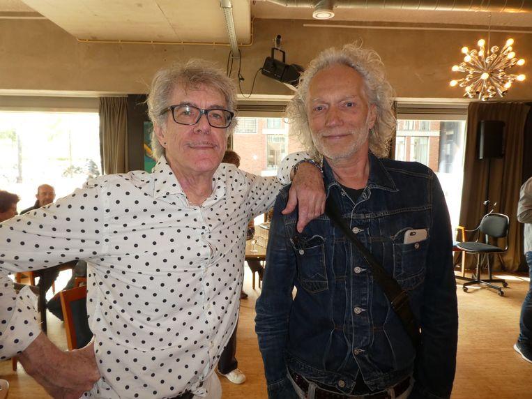 """Illustrator Hans de Cleen en kunstenaar Joep Königs. Ed Cools, buiten beeld: """"De twee knapste bewoners van het Ramses Shaffy Huis."""" Beeld Hans van der Beek"""