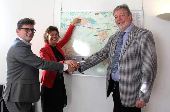 Ed Groot (LEKSTEDEwonen), wethouder Erika Spil en burgemeester Ronald van Schelven bij de overdracht van de grond voor de bouw van zorgwoningen.