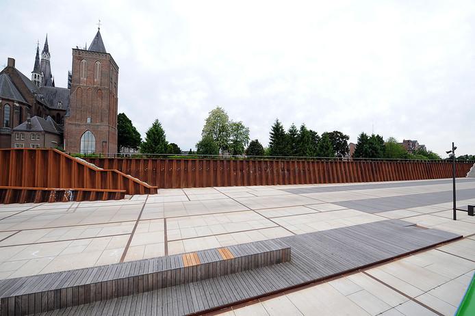 De Maaskade in Cuijk is vaak leeg. De gemeente wil er meer reuring.