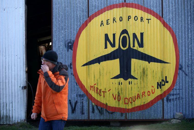 Honderden milieuactivisten en anarchisten bivakkeren op de plek waar de nieuwe luchthaven zou zijn gekomen. Beeld REUTERS
