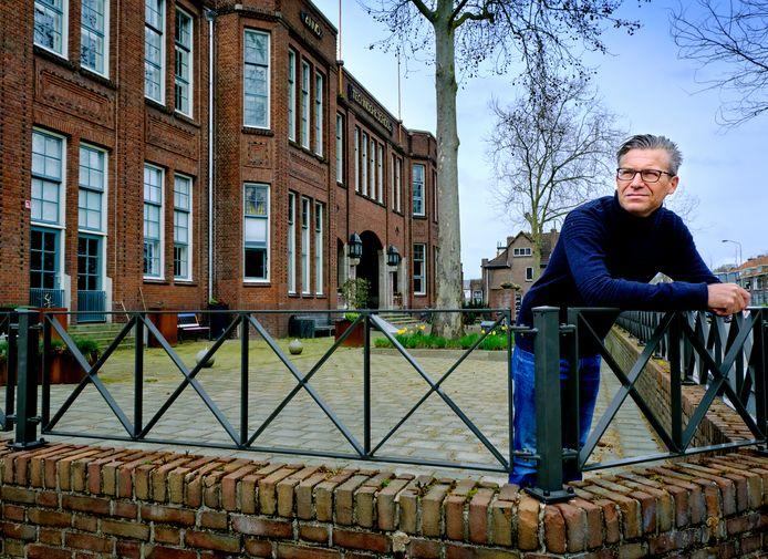 Marcel Dielessen kocht een loftwoning in de voormalige lts aan de Reeweg Oost in Dordrecht.