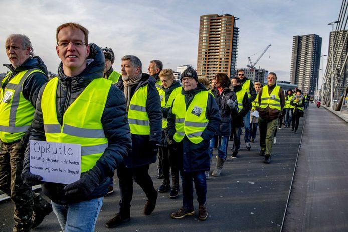 Betogers in gele hesjes voeren actie bij de Erasmusbrug.