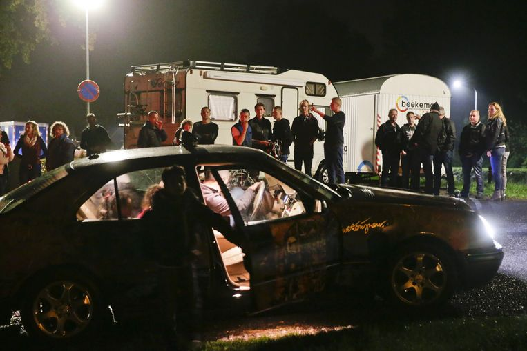 Een taxi met asielzoekers uit het vakantiepark in Oranje probeert een blokkade van bewoners te passeren. Beeld anp