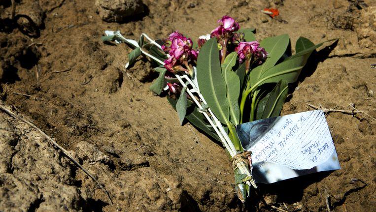 Op de plek waar de Spaanse politie de lichamen van oud-volleybalster Ingrid Visser en haar partner Lodewijk Severein heeft aangetroffen liggen bloemen uit Nederland. Beeld ANP