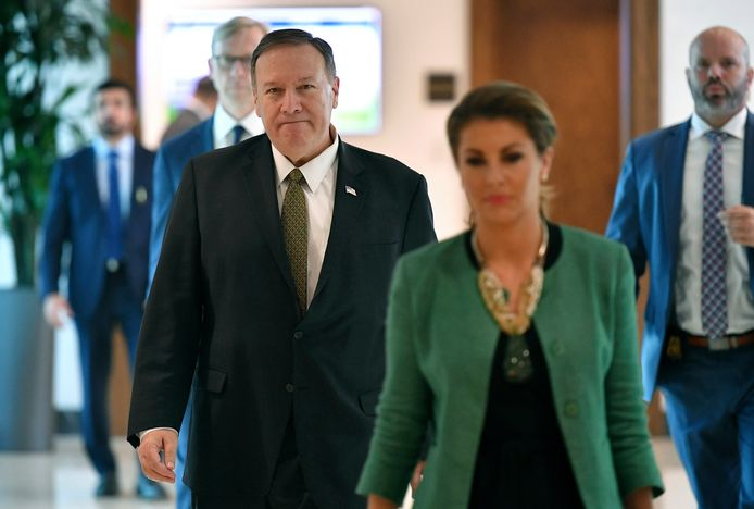 De Amerikaanse minister van Buitenlandse Zaken Mike Pompeo met zijn woordvoerster Morgan Ortagus (voorgrond).
