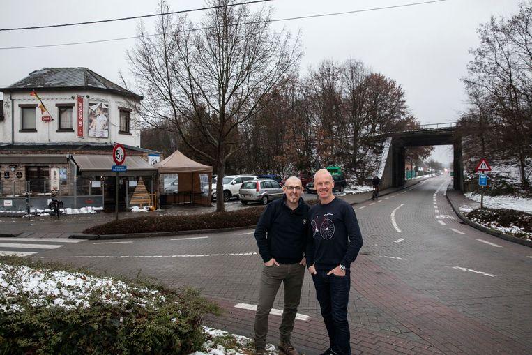 Gemeenteraadslid Geert Reyskens en cafébaas van De Schom Eddy Nelis kaarten de verkeersproblemen aan de brug en op het nabijgelegen kruispunt aan.