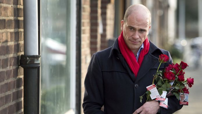 PvdA-leider Diederik Samsom loopt met een bos rode rozen om campagne te voeren