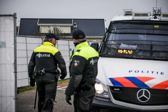 Politie bij één van de woonwagenkampen in Oss waar vorig jaar groot onderzoek is gedaan in het kader van operatie Alfa.