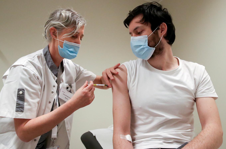 Een vrijwilliger ontvangt het CureVac-vaccin in Brussel. Archiefbeeld.