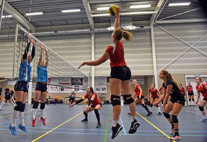 Zuiddorpe; (Sport) 10/10/2020. Volleybal Stevo-Tilburg. Annelien Ypma van Stevo met een smash langs het blok van Tilburg. (tekst Peter van Kouteren)