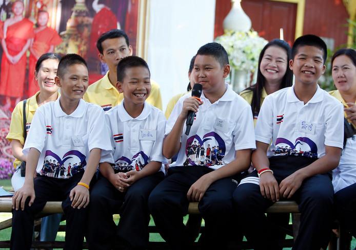 Twee geredde voetballertjes uit de grot in Thailand willen nu ook duiker worden bij de marine.