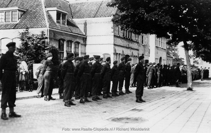 Appel Canadezen in de Kerkstraat in Raalte, voor Bernardusgebouw en Mariaschool.