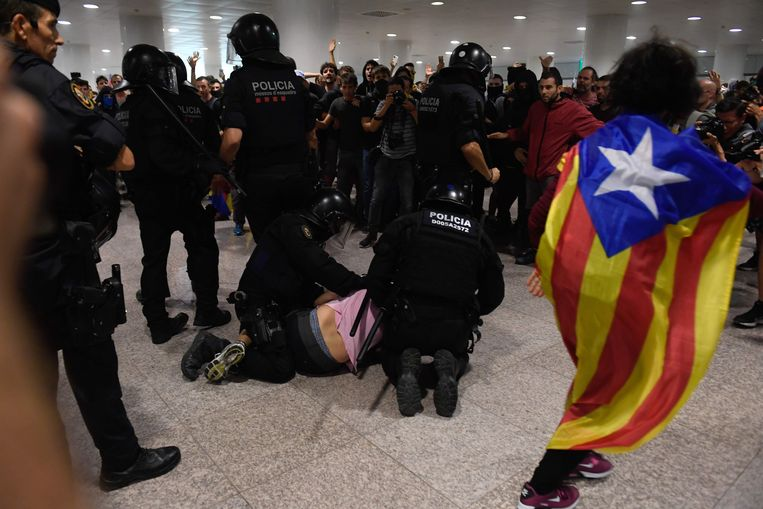 Op de luchthaven El Prat in Barcelona kwam het tot zware clashes tussen manifestanten en de oproerpolitie. Beeld AFP