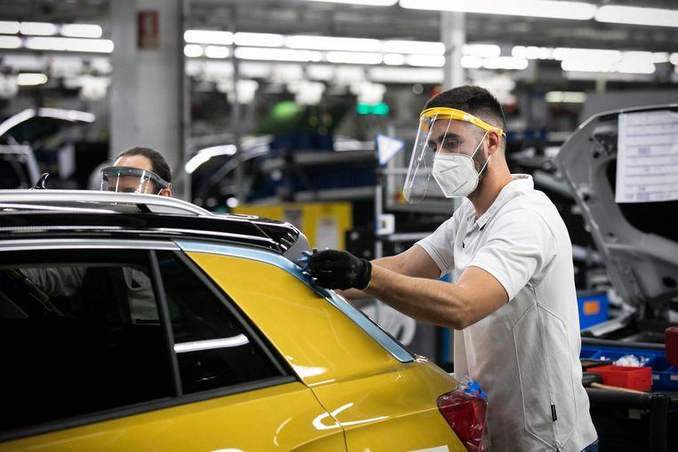 De werknemers van een Portugese autofabriek zijn weer aan de slag na de lockdownmaatregelen. Beeld Photo News