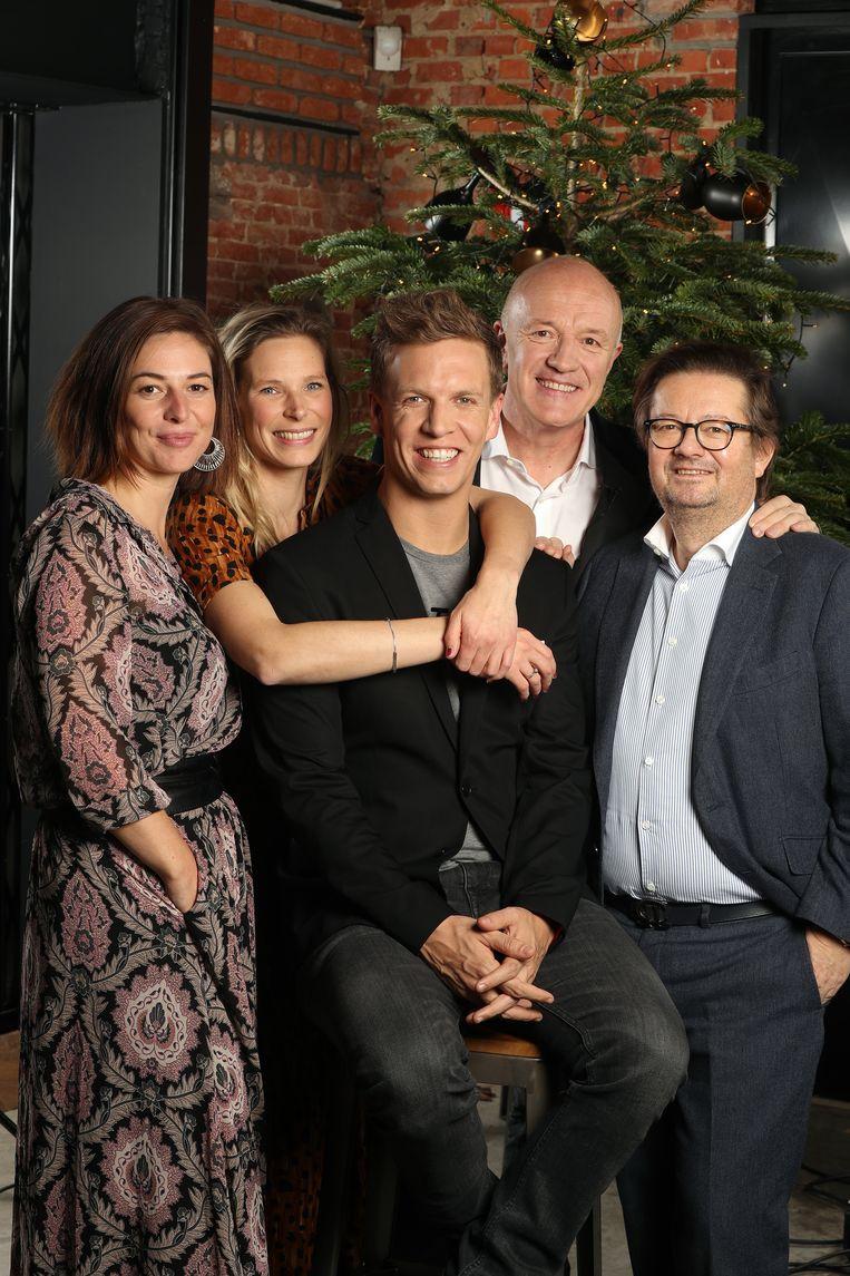 Geert Hoste met van links naar rechts Marjolein Faes, Julie Colpaert, James Cooke en Marc Coucke.