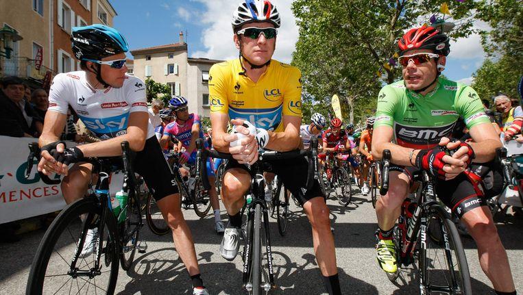 Edvald Boasson Hagen (links, in de witte trui) gisteren voor de start van de tweede etappe in de Duphiné. Naast hem: Bradley Wiggins (geel) en Cadel Evans (groen). Beeld null