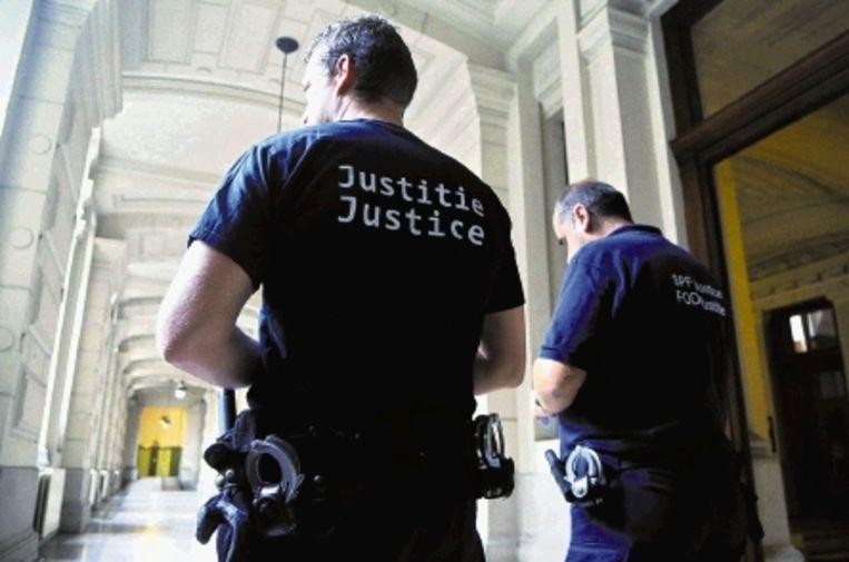 Twee beveiligers bij het Brusselse Paleis van Justitie. Deze week wisten gevangen uit de rechtszaal te ontsnappen. Het gebouw moet eigenlijk al jaren opgeknapt en beter beveiligd worden. ( FOTO AFP, BELGA PHOTO ) Beeld