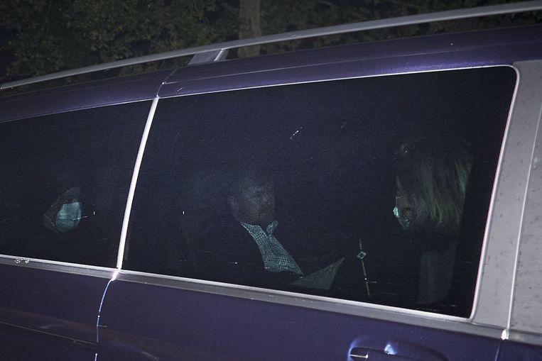 De auto van koning Willem-Alexander komt aan bij paleis Huis ten Bosch.  Beeld ANP