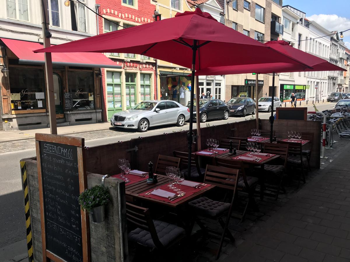 Het terras van Steendam 66 vorige zomer. Ook nu komen er 2 tafels voor 4 personen.