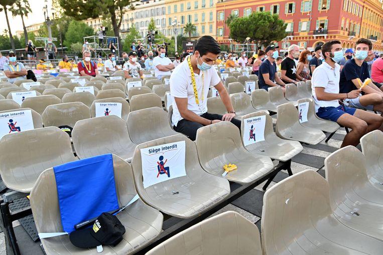 De voorstelling van de ploegen verliep voor een beperkt publiek. Ook bij de start vandaag worden toeschouwers geweerd. Beeld Photo News