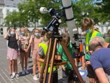 Gelukkig duurde de gedeeltelijke zonsverduistering iets meer dan een uur: lange rij aan telescopen op Sint-Pietersplein