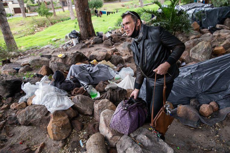 Carlos Mesquita (52) komt kleden brengen bij zijn dakloze vrienden aan de voet van de Tafelberg in Kaapstad. Beeld Ashraf Hendricks
