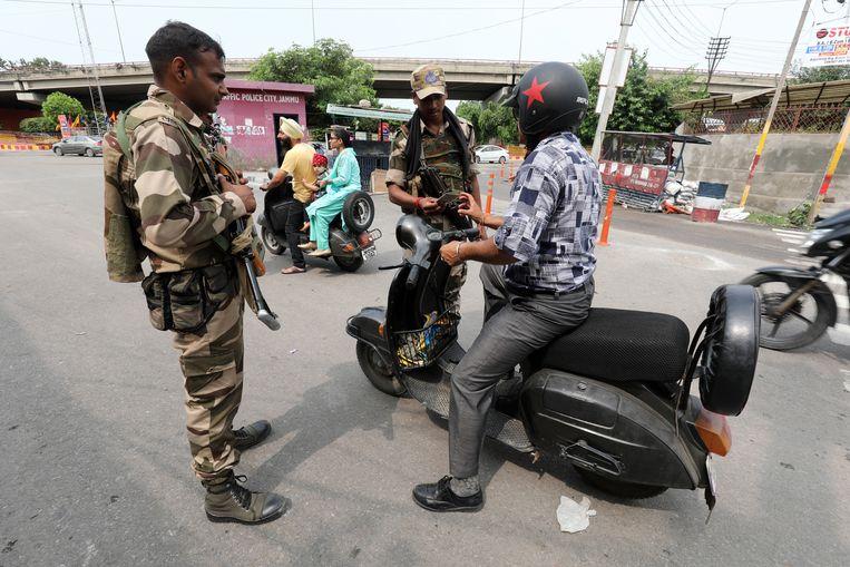 De Indiase regering heeft onlangs al extra troepen naar Kashmir gestuurd en regionale politici onder huisarrest geplaatst. Beeld EPA