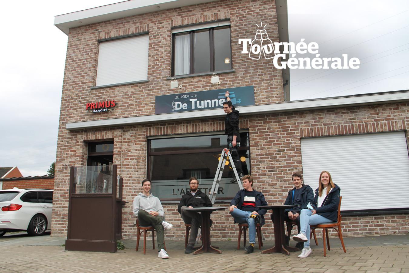 Jeugdhuis De Tunne zet alvast zijn terras klaar voor de heropening van de horeca nu zaterdag.