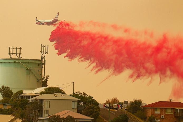 Bij de bestrijding van het vuur wordt onder meer gebruikgemaakt van een groot blusvliegtuig.