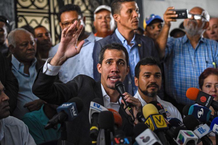 Oppositieleider Juan Guáido na zijn onderhoud met vakbondsleiders, bedoeld om een staking van de grond te krijgen van werknemers van de staatsbedrijven. Beeld AFP