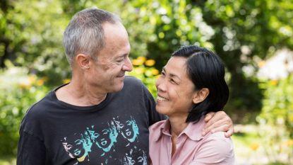 """Rob (65) en Latt (46) pendelden drie jaar tussen België en Thailand voor ze trouwden: """"Latt vreesde eerst dat ze mijn nieuwste speeltje was"""""""
