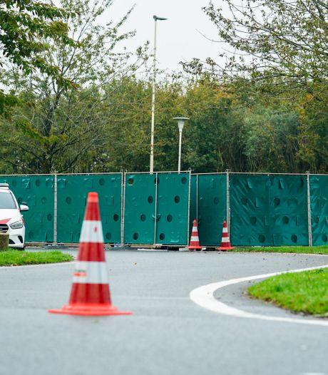 Politie doet onderzoek naar levenloos lichaam in auto op parkeerplaats