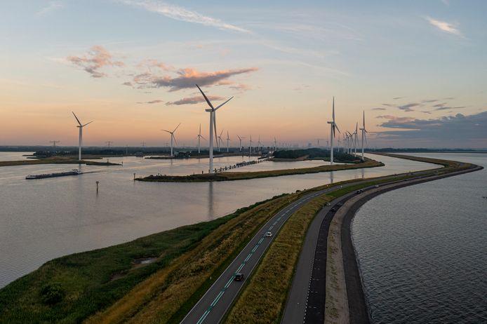 De Oesterdam vanuit de lucht, kort na zonsondergang.
