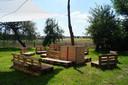 In de namiddag wordt de boomgaard naast de B&B ingeschakeld als zomerbar. Er komen nog kussens op de banken.