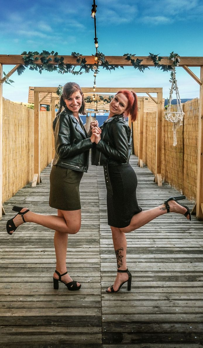 Chelsey Polley (links) en Fauve Messely, in zomerbar Azuro