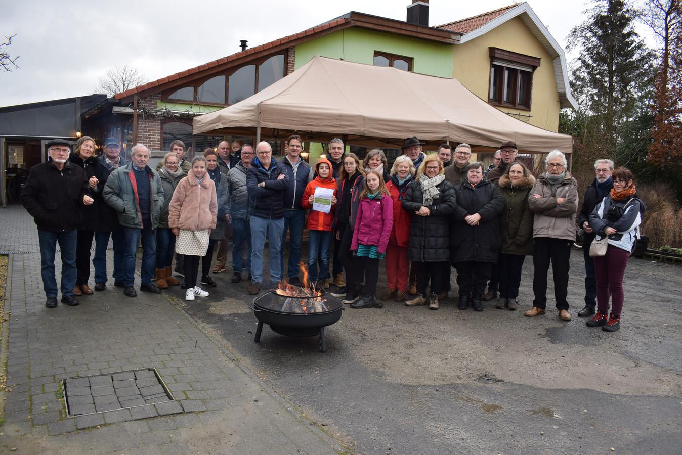 Ondanks het kille weer, konden de bewoners zich verwarmen aan een open vuur
