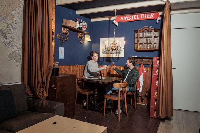 Bewoners Max Wijbrandts (27) en James Snoerwang (27) missen de bruine kroeg nogal. Ze noemden hun café naar Jaap van Dissel.